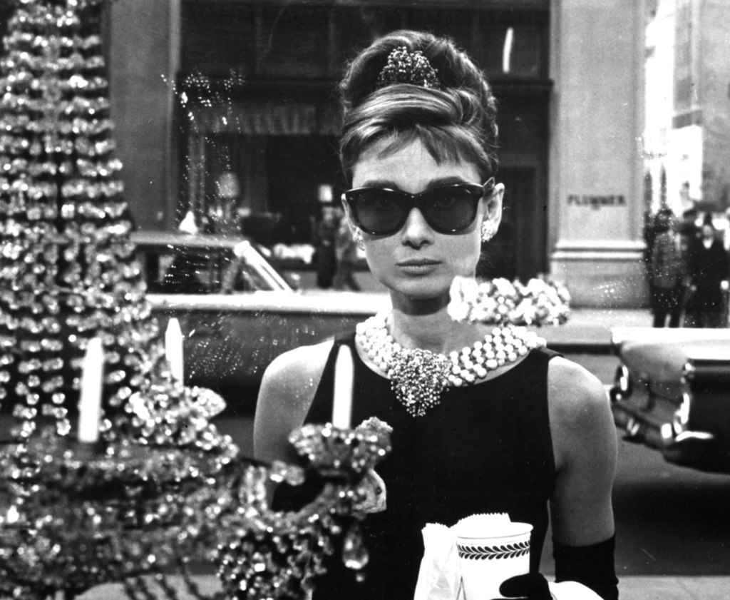 audrey_hepburn_sunglasses_grayscale_breakfast_at_tiffanys