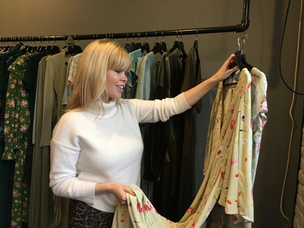 1aece399 Hos klesutleieren Fjong bugner det over av kjoler til enhver anledning. Nå  kommer det også noen skatter fra klesskapet mitt på hengerne her.